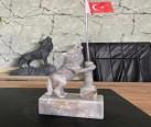 Bayrak tutan mermer bozkurt heykeli